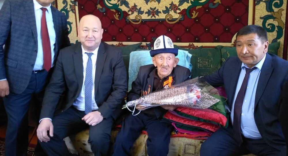 Вице-премьер-министр КР Жениш Разаков навестил ветеранов Великой Отечественной войны 1941-1945 годов, проживающих в Таласской области