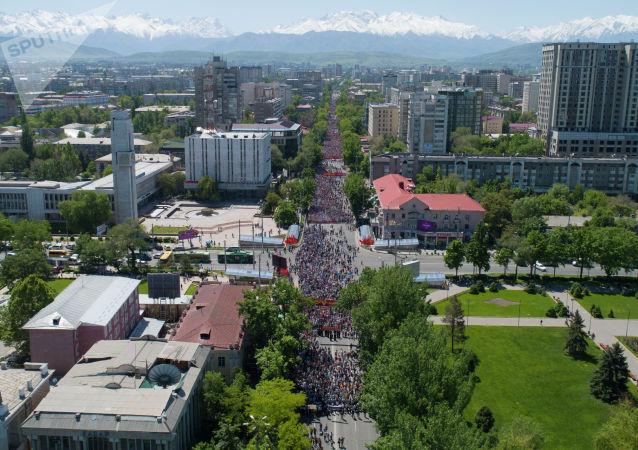 Участники шествия Бессмертный полк в Бишкеке посвященный 74-летию Победы в Великой Отечественной войне. Фото с дрона
