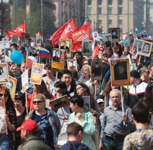 Участники акции Бессмертный полк в Москве.