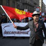 Кыргызстанцы присоединились и к маршу Бессмертного полка в Москве.  Всего в шествии, несмотря на проливной дождь, участвовали более 700 тысяч человек. На акции был президент России Владимир Путин.