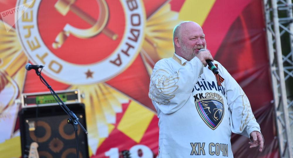 Российский певец Сергей Крылов выступает на концерте на площади Победы в Бишкеке приуроченной к 74-летию Победы в Великой Отечественной войне