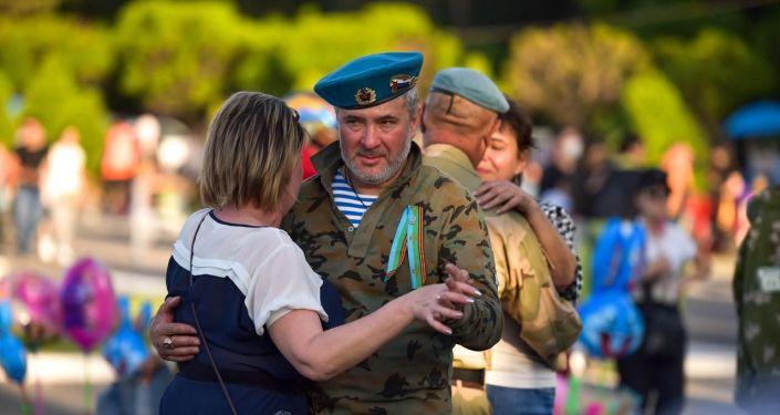 Зрители на концерте российских артистов на площади Победы в Бишкеке, приуроченной к 74-летию Победы в Великой Отечественной войне