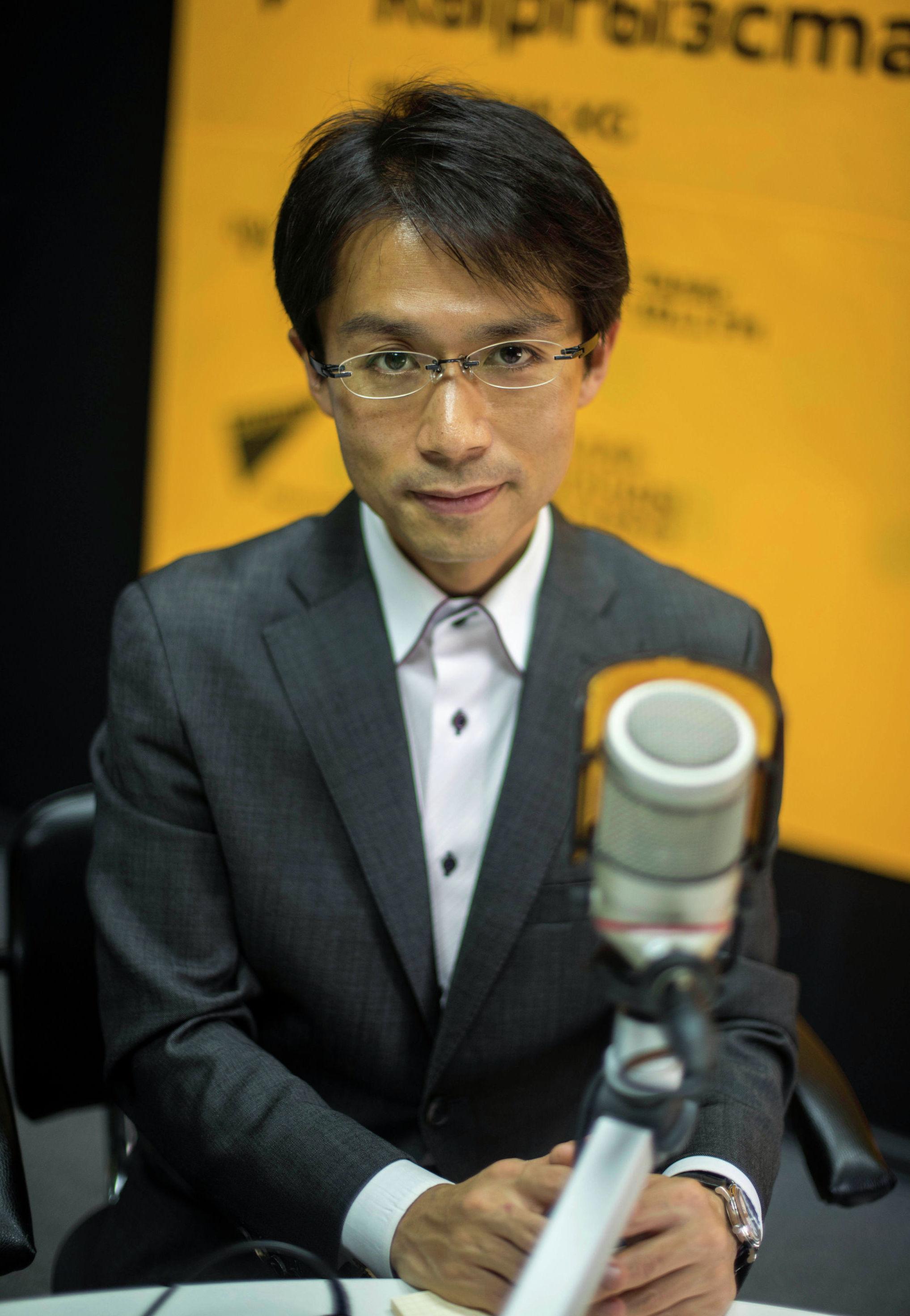 Научный сотрудник университета Васеда, ученый и историк Тэцу Акияма во время беседы на радио