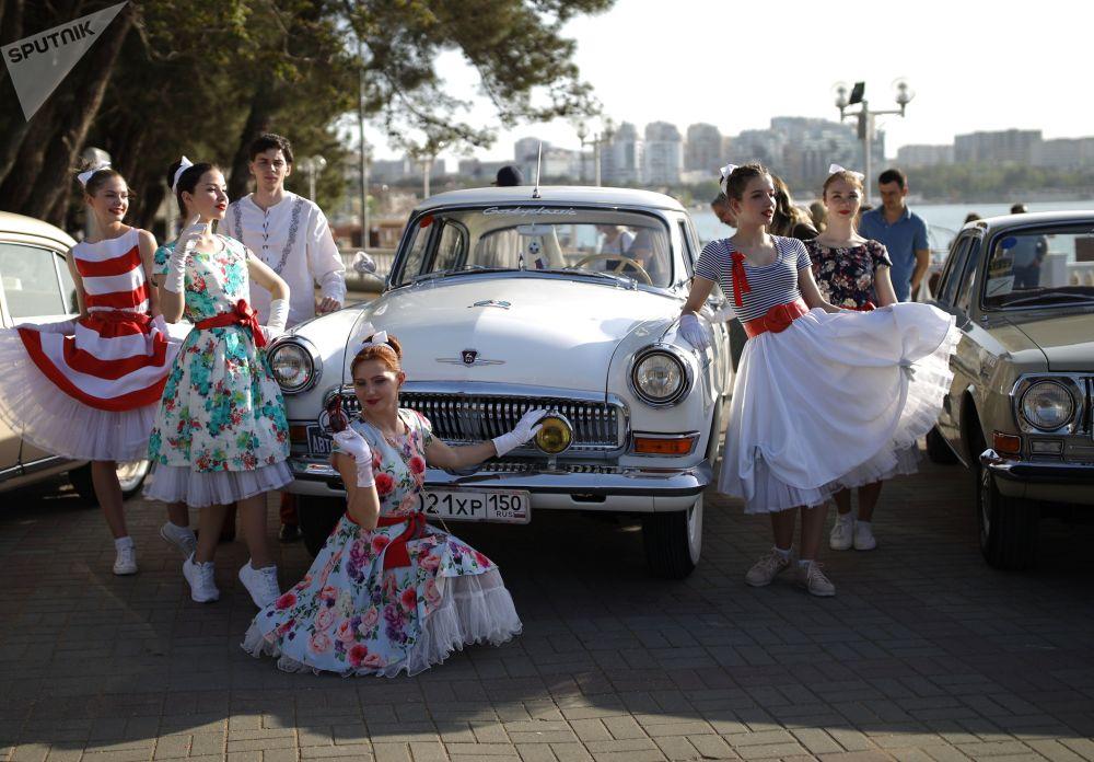 Зрители и участники ралли фотографировались на фоне советских машин.