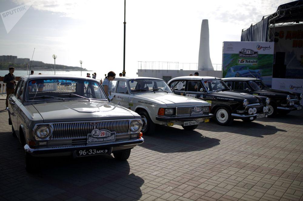 В Геленджике участники ралли продемонстрировали для любителей советского автопрома мастерство своего вождения