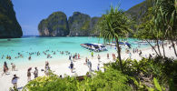 Туристы на пляже Maya bay на островах Пхи-Пхи в Таиланде. Архивное фото