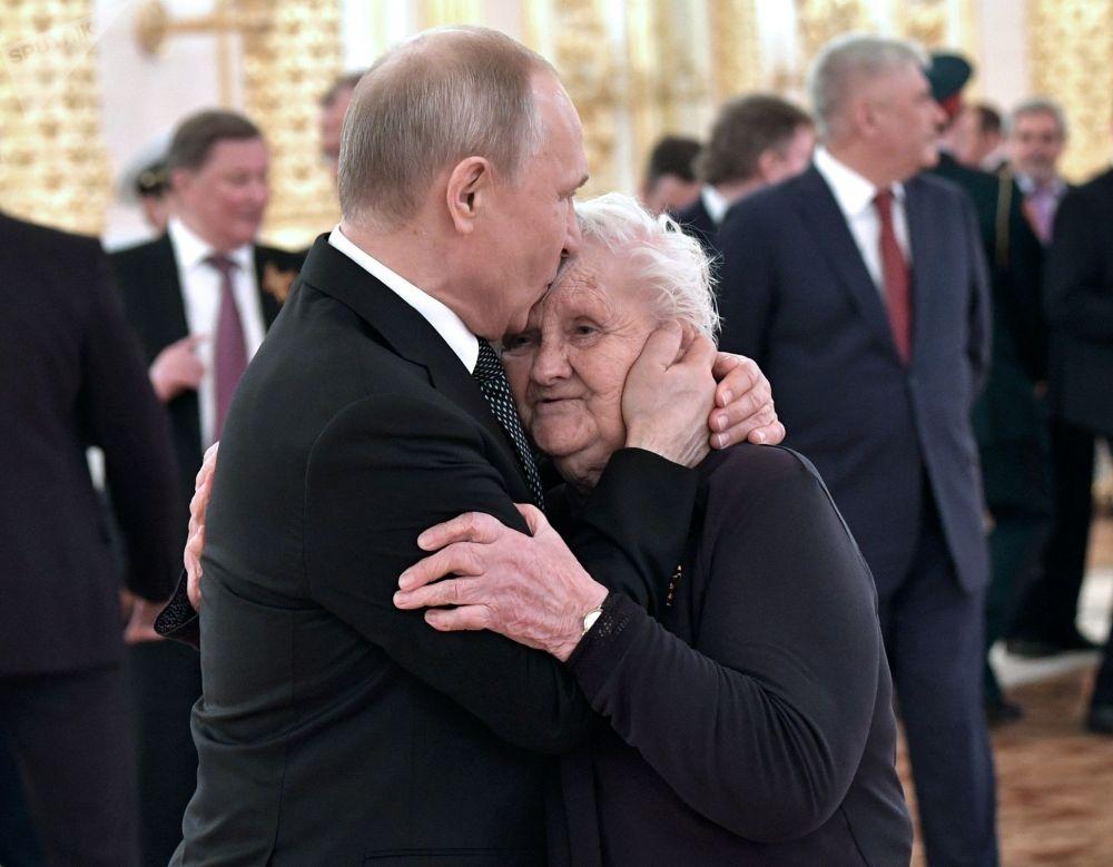Президент РФ Владимир Путин и его классный руководитель Вера Гуревич на торжественном приеме по случаю празднования 74-й годовщины Победы в Великой Отечественной войне