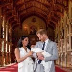 Британский принц Гарри и его супруга Меган устроили фотосессию в Виндзорском замке, где продемонстрировали миру новорожденного первенца. Мальчик занимает седьмое место в линии престолонаследия: после деда принца Чарльза, дяди принца Уильяма, троих детей принца Уильяма и своего отца принца Гарри.