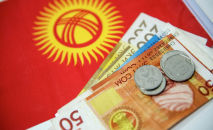 Купюры и монеты сома на фоне флага Кыргызстана. Архивное фото