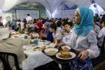 Орозо айында ооз ачууга келген мусулмандар. Архивдик сүрөт