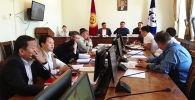 Бишкек шаардык кеңешинин эки депутаты турак жай-коммуналдык чарба боюнча туруктуу комиссиясынын жыйынында кайым айтыша кетти.