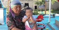 В Кыргызстане раскритиковали судью, посадившего на пять лет мужчину, ограбившего аптеку. Пользователи соцсетей считают, что наказание несоразмерно содеянному. Съемочная группа Sputnik Кыргызстан отправилась в Токмок к матери осужденного и владельцу аптеки, чтобы узнать подробности дела.