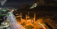 Вид на мечеть и гору Сулайман-Тоо ночью с высоты в городе Ош