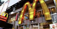 Ресторан быстрого питания Макдоналдс. Архивное фото