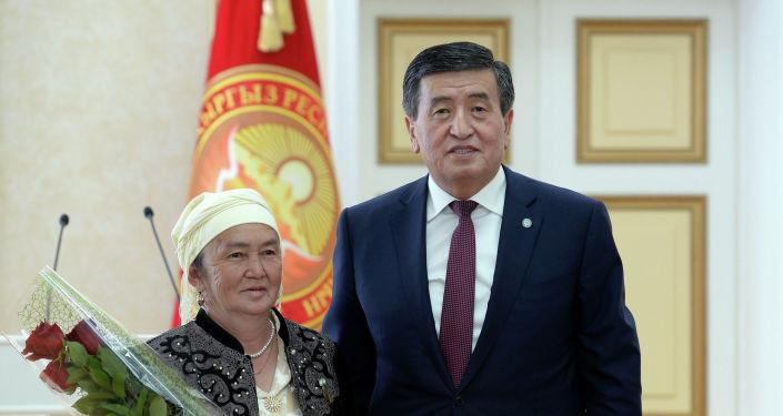 Президент КР Сооронбай Жээнбеков в преддверии празднования Дня матери в ходе торжественной церемонии наградил многодетных матерей со всех регионов Кыргызстана орденом Баатыр Эне