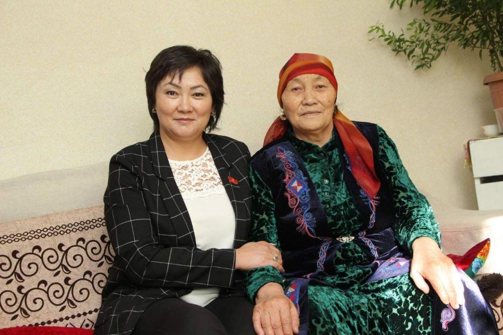 Жогорку Кеңештин депутаты Жылдыз Мусабекова апасы Келгенбүбү Жумакадырова менен. Эл өкүлүнүн апасы 1951-жылы, 23-февралда төрөлгөн. Кызы экөөнүн жылы (коён) жана туулган күнү бир.
