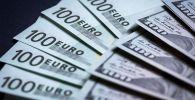 Денежные купюры: евро и доллары. Архивное фото