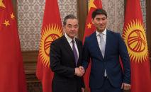 Кыргызстан менен Кытайдын тышкы иштер министрлери Чыңгыз Айдарбеков жана Ван И. Архивдик сүрөт