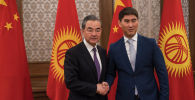 Министр иностранных дел КНР Ван И во время встречи с лавой МИД КР Чингизом Айдарбековым в рамках официального визита в Кыргызстан