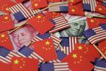 Долларовая банкнота США с Бенджамина Франклина и китайская банкнота с изображением покойного китайского председателя Мао Цзэдуна. Архивное фото