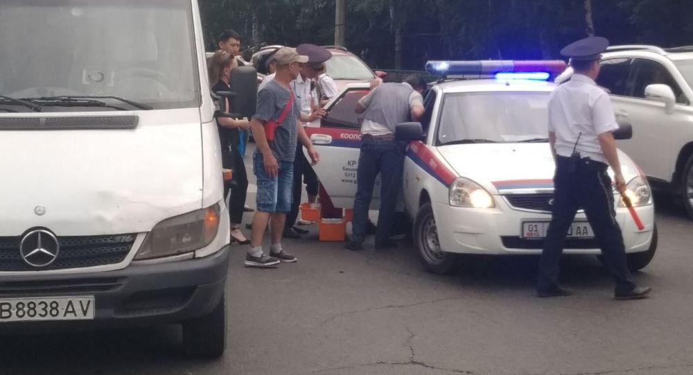 В Бишкеке микроавтобус сбил мальчика на пересечении улиц Джантошева и Байтик Баатыра.