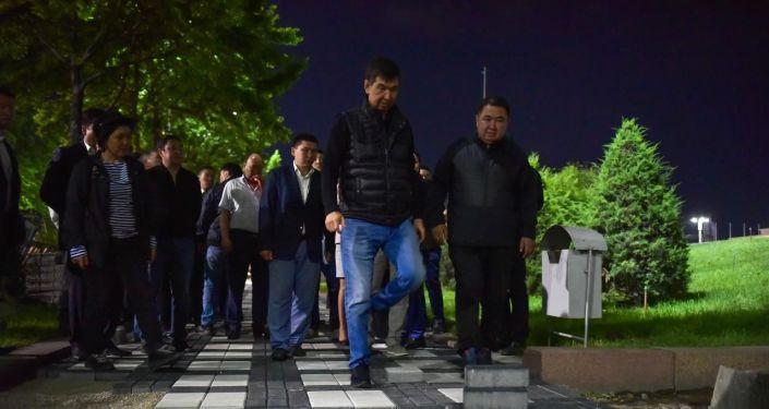 Мэр Бишкека Азиз Суракматов во время проверки хода окончания весенних работ