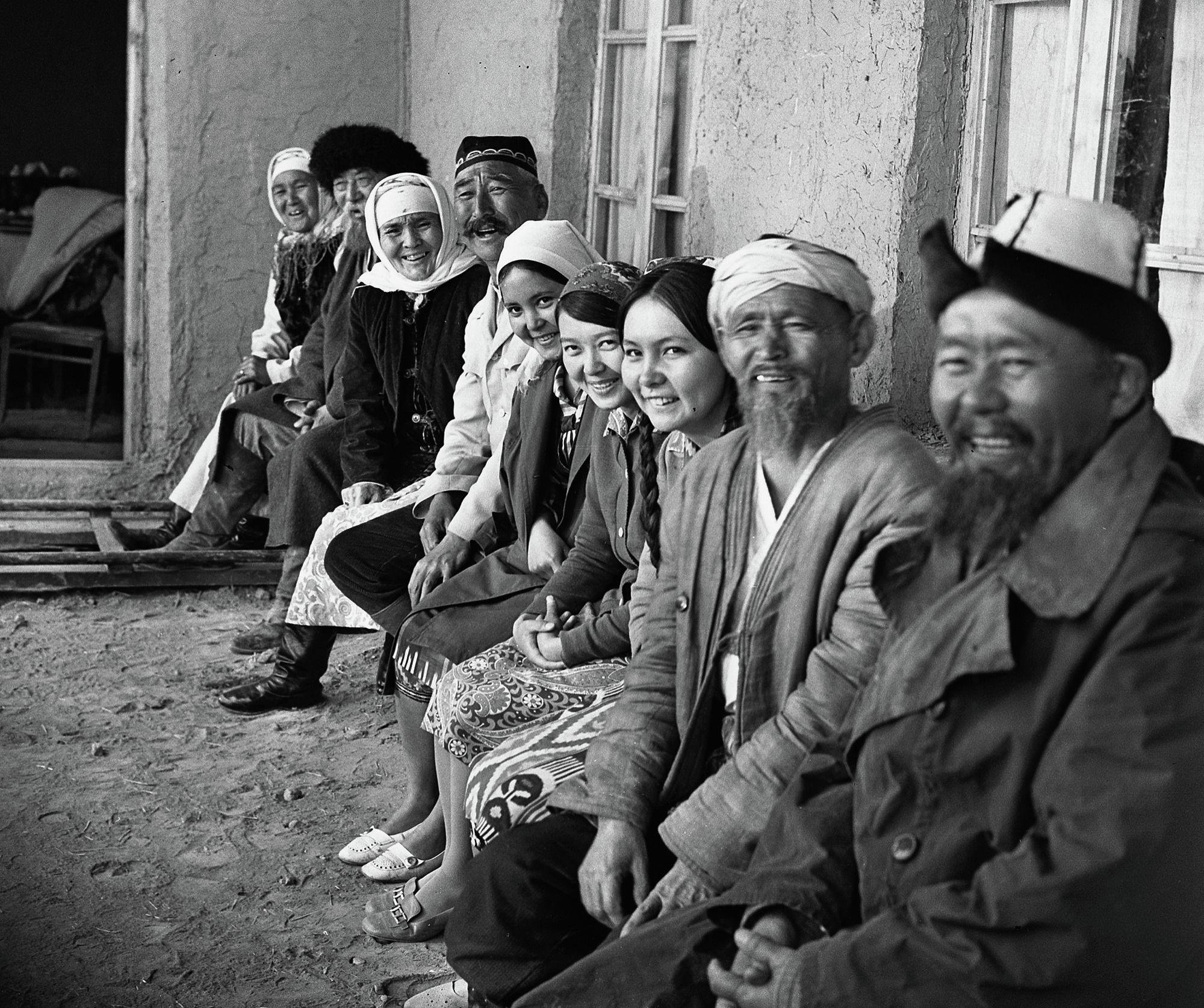 Это фото было снято в 1972 году в Оше во время съемок фильма Улица Геннадия Базарова. В кадре запечатлены известные и начинающие актеры того времени.