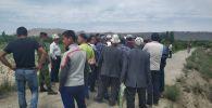 В селе Кара-Бак на кыргызско-таджикской границе собрались местные жители с требованием выставить военнослужащих возле кладбища