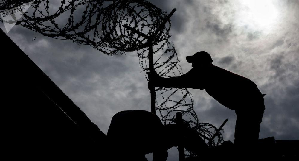 Силуэт мужчины у ограждении на границе. Архивное фото