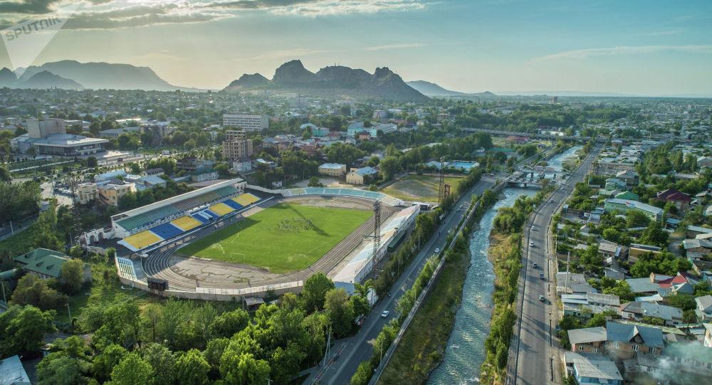 Вид на центральный стадион имени Ахматбека Суюмбаева с высоты города Ош. Архивное фото