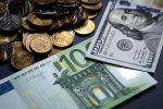 Купюры долларов и евро. Архивное фото