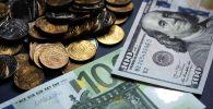 Доллары, евро и российские рубли. Архивное фото