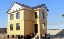 Дом построенный из СИП-панелей (SIP) в Кыргызстане. Архивное фото