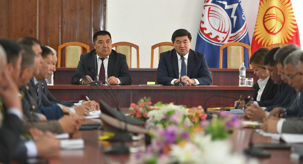 Аманбай Кайыпов жана премьер-министр Мухаммедкалый Абылгазиев. Архивдик сүрөт