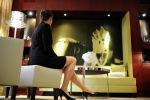 Девушка в номере отеля. Архивное фото