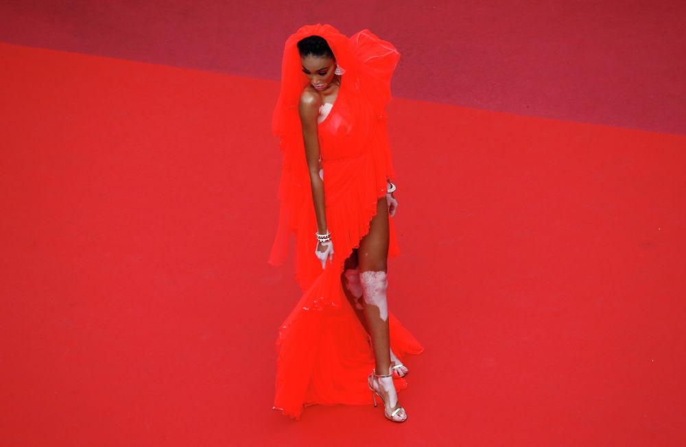 Фотомодель Винни Харлоу на красной дорожке Каннского кинофестиваля