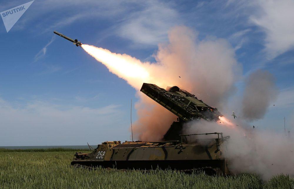 Стрельбы из зенитно-ракетного комплекса Стрела-10М3 на всеармейском конкурсе Чистое небо на полигоне Ейский Учебного центра войсковой противовоздушной обороны.