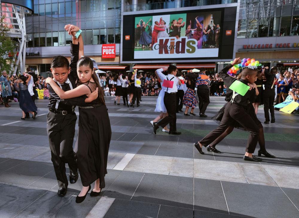 Участники ежегодного детского чемпионата по танцам Conga Kids Dance в Лос-Анджелесе
