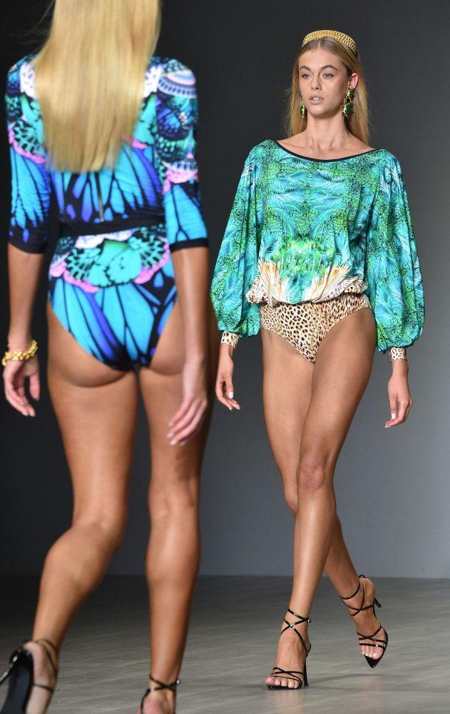 Модель на показе австралийского дизайнера Aqua Blu