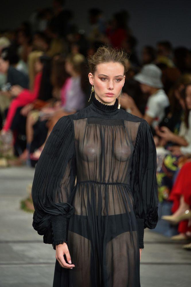 Девушка в откровенном платье модельера Leo & Lin