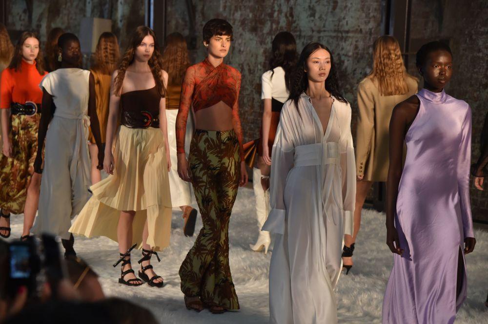 Девушки в платьях от Bec + Bridgeво