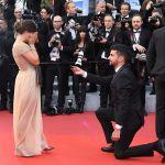 Мужчина делает предложение девушке на красной дорожке премьеры фильма Тайная жизнь (A Hidden Life) в рамках 72-го Каннского международного кинофестиваля.