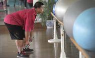 Мужчина тренируется в зале. Архивное фото