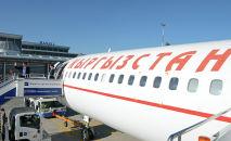 Президент Сооронбай Жээнбеков в аэропорту Манас готовится к вылету. Архивное фото