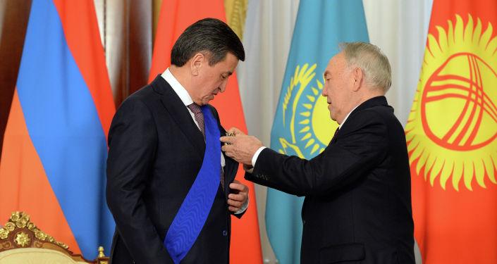Елбасы Нурсултан Назарбаев наградил президента Кыргызстана Сооронбая Жээнбекова орденом первого президента Казахстана.