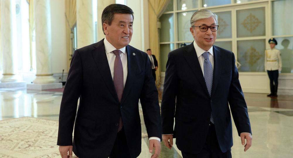 Кыргызстандын президенти Сооронбай Жээнбеков жана Казакстандын ажосу Касым-Жомарт Токаев. Архив