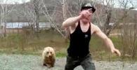 Медведей можно встретить у туристических маршрутов, стоянок и автодорог. Их привлекают запахи еды и мусора.