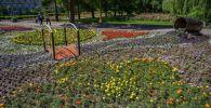 Украшенный цветами территория на площади Ала-Тоо сотрудниками муниципального предприятия Бишкекзеленхоз