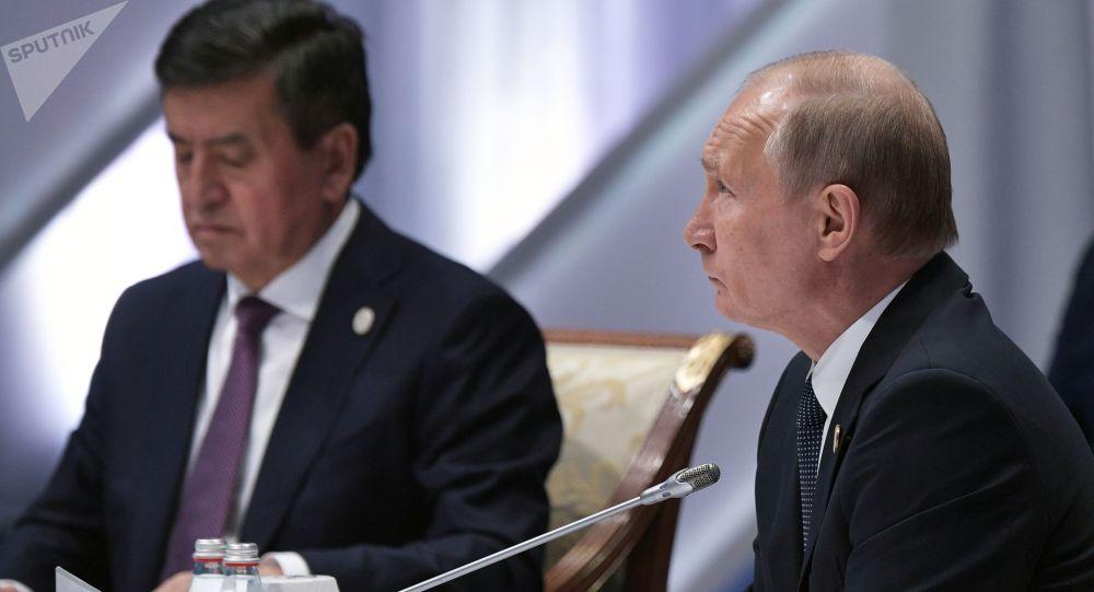Глава РФ Владимир Путин и президент КР Сооронбай Жээнбеков во время заседания Высшего Евразийского экономического совета в Нур-Султане