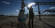 Сотрудник у нефтяной промышленности. Архивное фото